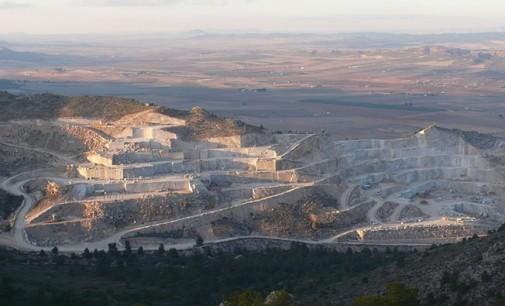 ¿De dónde consiguen el agua las canteras de mármol para su actividad?