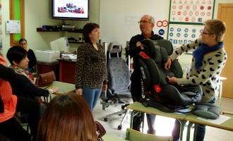 La Policía Local enseña a utilizar los sistema de retención de menores