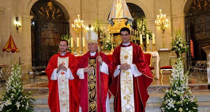 Dos jóvenes ordenados sacerdotes en la basílica de la Purísima