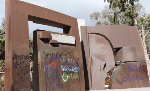 La limpieza de las pintadas en el parque de La Constitución costará 1.480 euros
