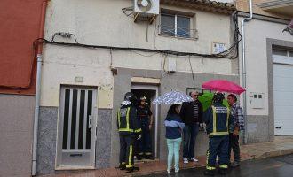 Desalojan a una familia por el derrumbe del techo de su casa