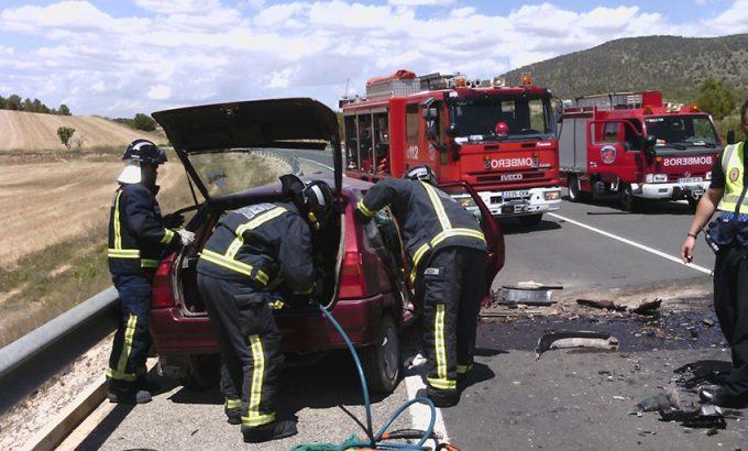 Los bomberos excarcelan el cuerpo sin vida de la víctima. (foto 112)