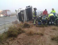El conductor de un camión resulta herido tras volcar en la carretera de Montealegre