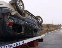 Dos heridos tras volcar un turismo a la altura de El Pulpillo