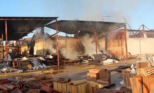 Un incendio arrasa buena parte de las instalaciones de la empresa MdDubi DOB
