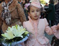 Las flores de los más pequeños a la Virgen del Castillo