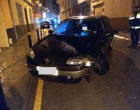 Una conductora ebria se empotra contra los bolardos de la calle San Luis