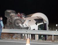 Dos heridos tras chocar un camión y un turismo en la variante de Yecla