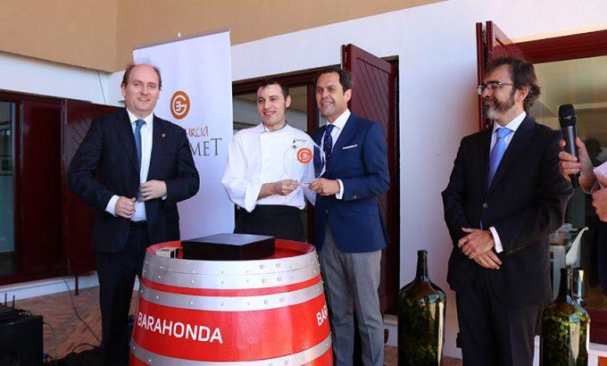 Cristian Palacio, el jefe de cocina de Baraonda, junto a Antonio Candela, gerente de Bodegas Señorío de Barahonda, recogen el premio.
