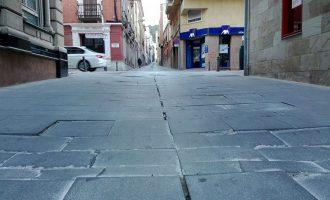 La calle Miguel Golf se convierte en un campo de adoquines sueltos