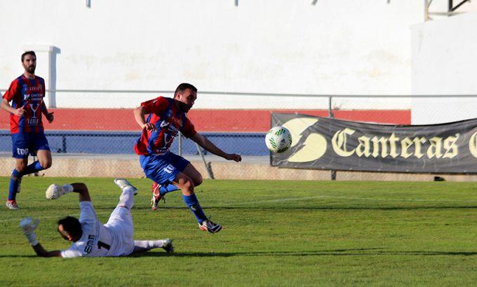 Tonete eleva el balón por encima del portero para conseguir el 1-0.