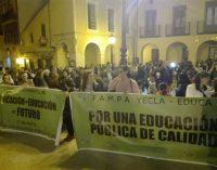 Unas 500 personas participaron en la marcha que cerró la jornada de huelga educativa