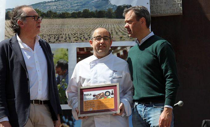 El representante de Restaurante Sierra Cazorla recoge el tercer premio de las mejores tapas.
