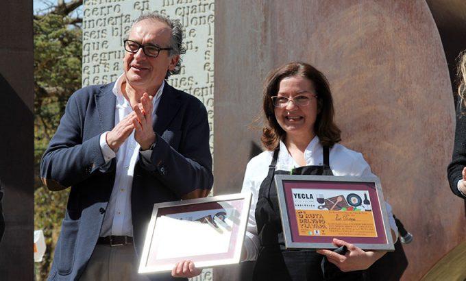 La representante de Los Chispos recoge el segundo premio a la mejor tapa.