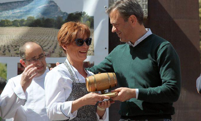 La representante Candilejas recoge el la Barrica de Oro, el primer premio.