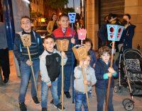 Cientos de niños participan en la tradicional procesión de Los Farolicos