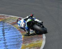 Julio David Palao se sube a la moto en el circuito de Barcelona