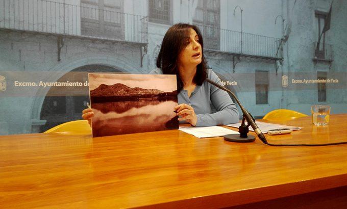 Carmen Soriano portaba una fotografía de 1939 de la zona de El Rasillo completamente inundada.