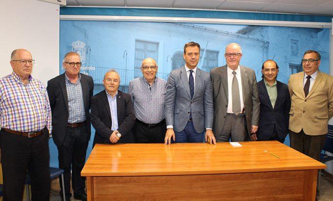 Miembros de la Sociedad, junto al alcalde y el notario.