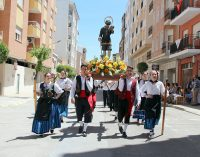 Los peñistas de San Isidro procesionan con los santos