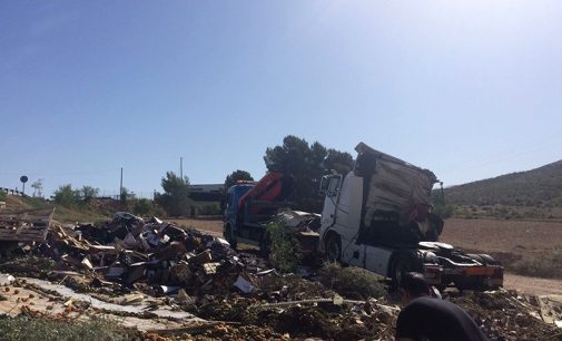 Un herido tras volcar el camión que conducía entre Yecla y Caudete