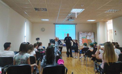La Policía Local imparte charlas a niños sobre el trabajo policial, espacios públicos o tráfico