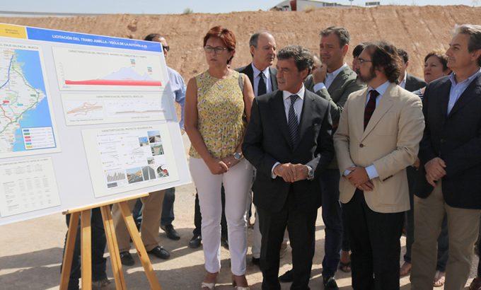 De izquierda a derecha. La alcaldesa de Jumilla, Juana Guardiola; el Delegado del Gobierno en la Región de Murcia, Antonio Sánchez; el alcalde de Yecla, Marcos Ortuño; y el consejero de Fomento, Pedro Rivera.