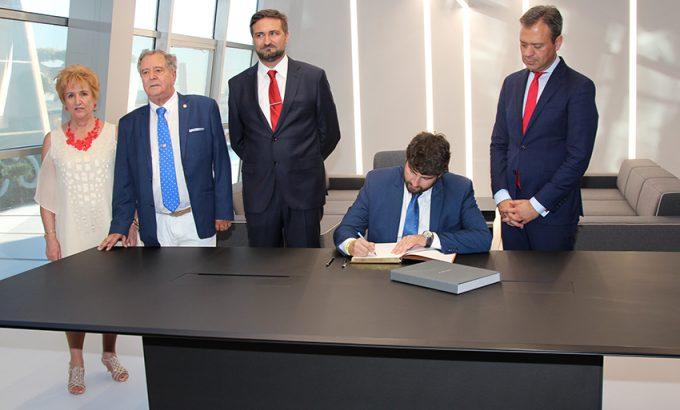 El Presidente de la Región de Murcia firmó en el libro de honor de la empresa.