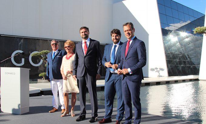 Los fundadores de la empresa, Pepe y Pilar, junto a su hijo, el Presidente Regional y el Alcalde de Yecla.