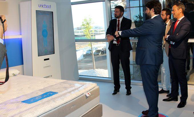 El Presidente probó el sistema de fabricación de colchones a medida del consumidor: Unicbed