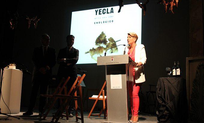 Noelia Arroyo en el acto celebrado anoche en el Teatro Concha Segura.