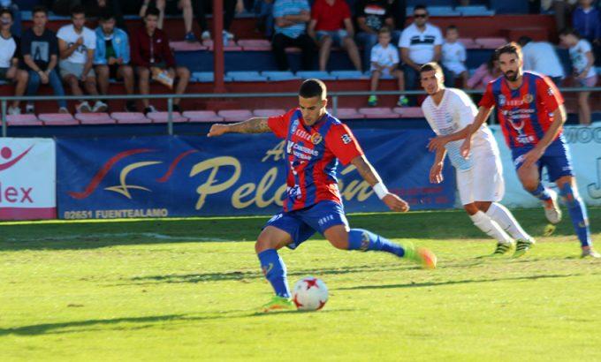 Iván Pérez marca de penalti.