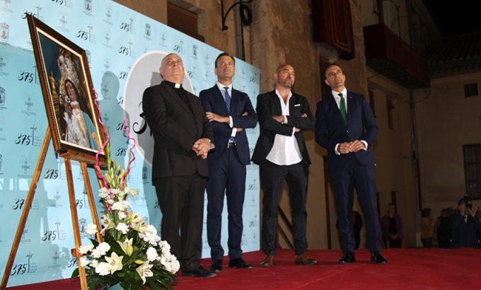 El párroco, José Antonio Abellán, junto al alcalde de Yecla, Marcos Ortuño; Lidó Rico y el presidente de la Asociación de Mayordomos, José Francisco Puche.