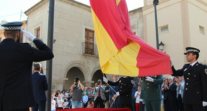 Más aplausos, más vivas a España y más público en el homenaje en la Bandera