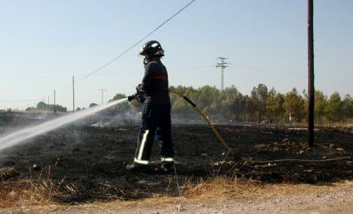 Un vecino resulta herido por intoxicación al intentar sofocar un incendio