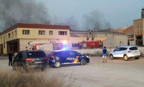 El fuego arrasa una nave de dos plantas en la calle Tejeras