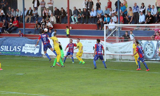 Iker Torre marca su segundo gol del partido.