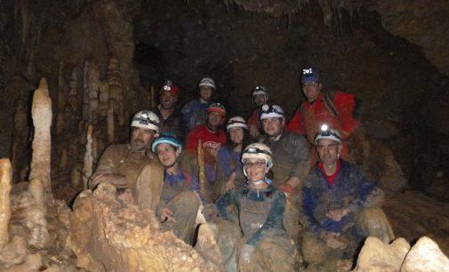 Espectacular visita de los montañeros a la Cueva de Solíns en Fortuna
