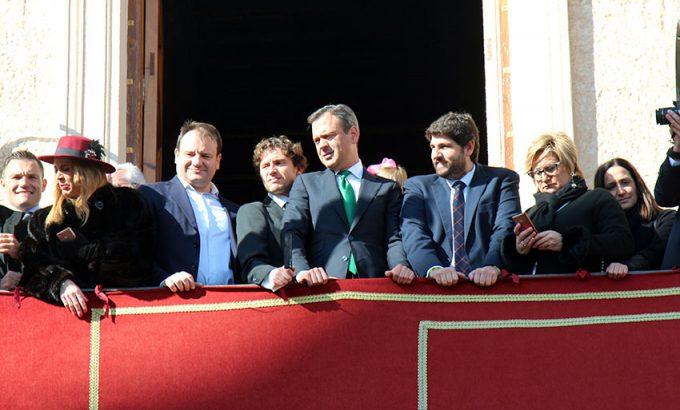 El Presidente de la Región de Murcia, Fernando López Miras en el balcón del consistorio.