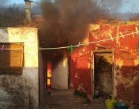 El fuego arrasa una casa en la zona de La Molineta