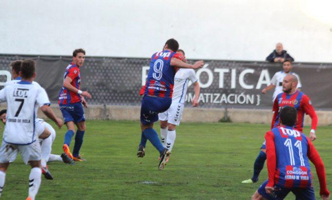 Momento en el que Iker Torre remata el balón en el 1-0-