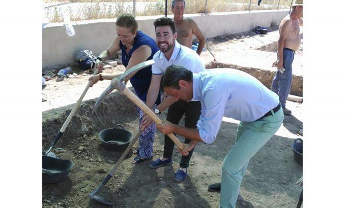 Marcos Ortuño y los directores generales de Juventud y Bienes Culturales cogieron el pico y la pala