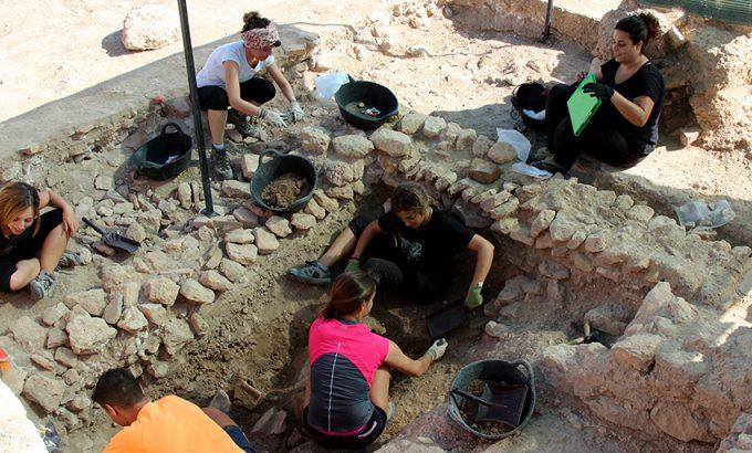 Jóvenes trabajan en la zona donde apareció el busto de Adriano en Los Torrejones.